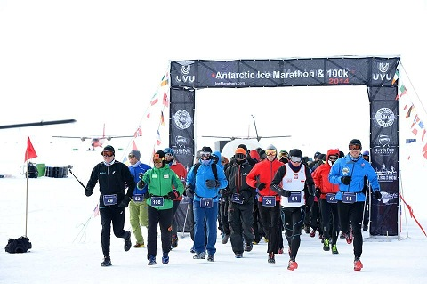 Salida del Antarctic Ice Marathon 2014_©Mike King.jpg