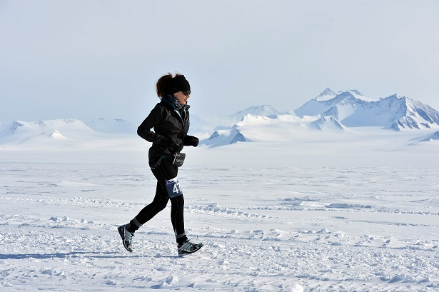 Corredora en el Antarctic Ice Marathon_©Mike King