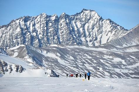 Corredores del Antarctic Ice Marathon con las montañas Ellsworth a la espalda_©Mike King