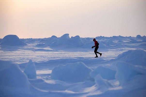 Bajo los pies de los corredores del North Pole Marathon se abren cuatro mil metros de profundidad oceánica_©Mike King