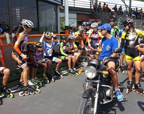 Ivan Vargas, entrenador Club Paen Envigado, dando instrucciones a los patinadores antes del entrenamiento tras moto