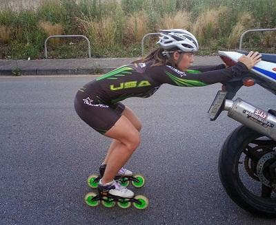 Patinadora realizando ejercicio de supravelocidad tras moto