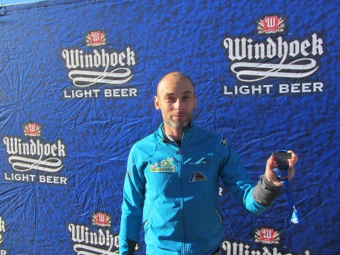 Fernando González recogiendo la medalla de finisher de la 'Fish River Canyon 100KM Ultra'