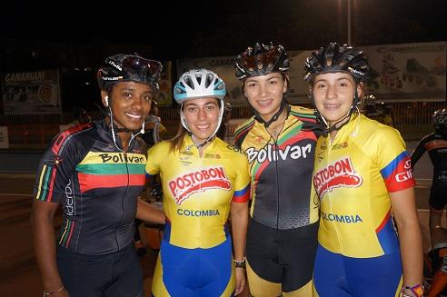Foto: Irene Reyes junto a las patinadoras de la selección colombiana