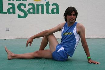 Foto derecha: Estiramiento de los músculos de la espalda baja y cadera